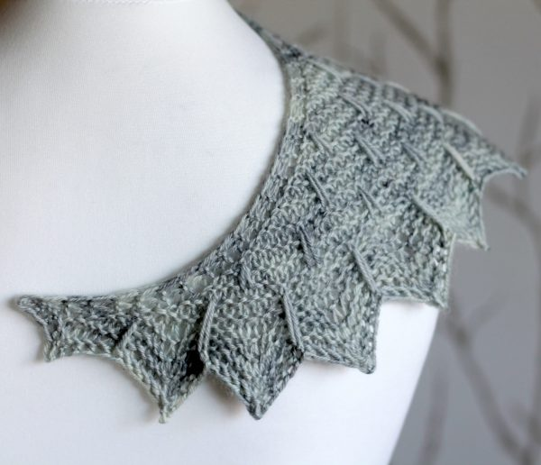 A close up on the chevron and slipped stitch edge of Fearthainn