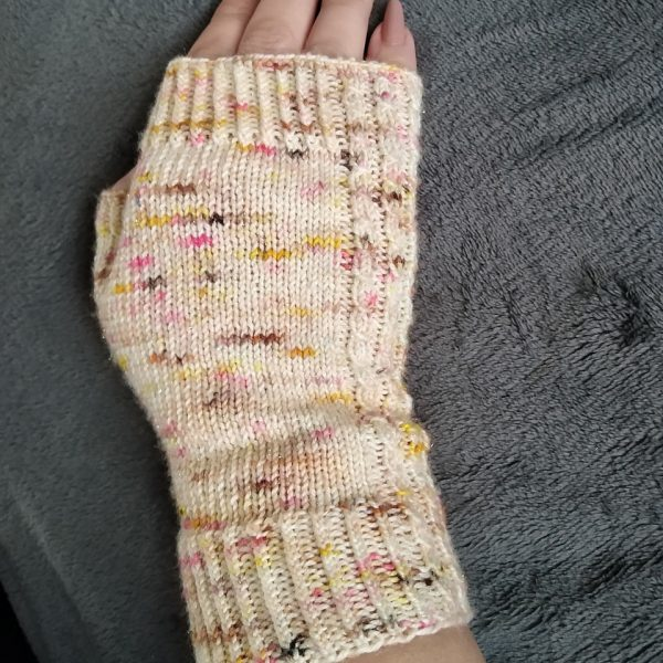 Fiona made her M1 Aisneach Mitts in Beehive Yarns Barbrella in Hoggle