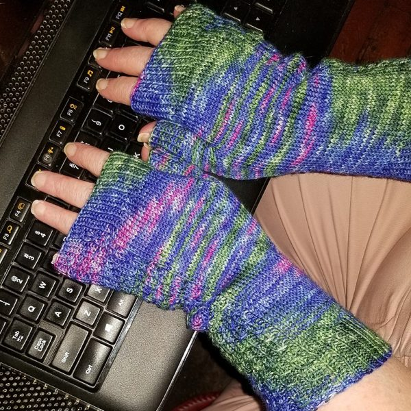 Gretchen made her L Aisneach Mitts in Indigo Dragonfly CaribouBaa in Vade Flos Me, Satana