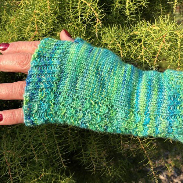 Katriona made her S Aisneach Mitts in Hedgerow Yarns Merino Nylon